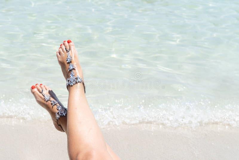 Kurczątko klimaty urlopowy pojęcie Kobieta iść na piechotę z nogi jewellery na tropikalnej białej piasek plaży obrazy stock