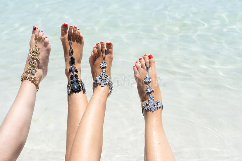 Kurczątko klimaty urlopowy pojęcie Kobieta iść na piechotę z nogi jewellery na tropikalnej białej piasek plaży zdjęcia stock