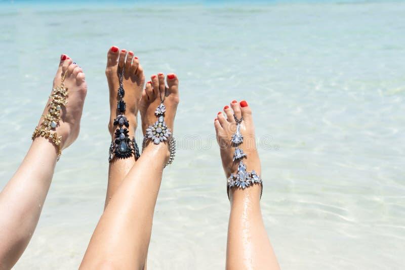 Kurczątko klimaty urlopowy pojęcie Kobieta iść na piechotę z nogi jewellery na tropikalnej białej piasek plaży zdjęcie stock