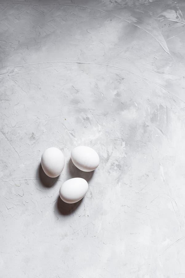 Kurczaków biali jajka na szarości betonują tło na widok zdjęcia royalty free
