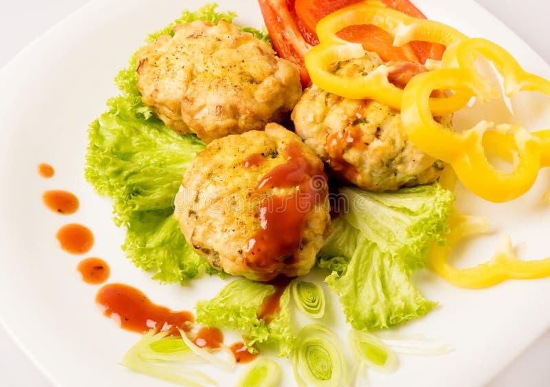 Kurczaków cutlets na bielu talerzu zdjęcie stock