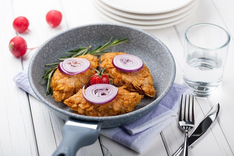 Kurczaków cutlets w kukurydzanych płatkach zdjęcie royalty free