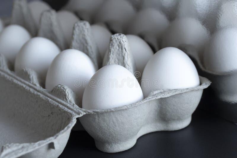 Kurczaków jajka w kartonowej tacy na tle fotografia stock
