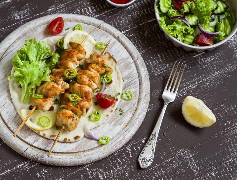 Kurczaków kebabs i świeżego warzywa sałatka na domowej roboty tortilla zdjęcia stock