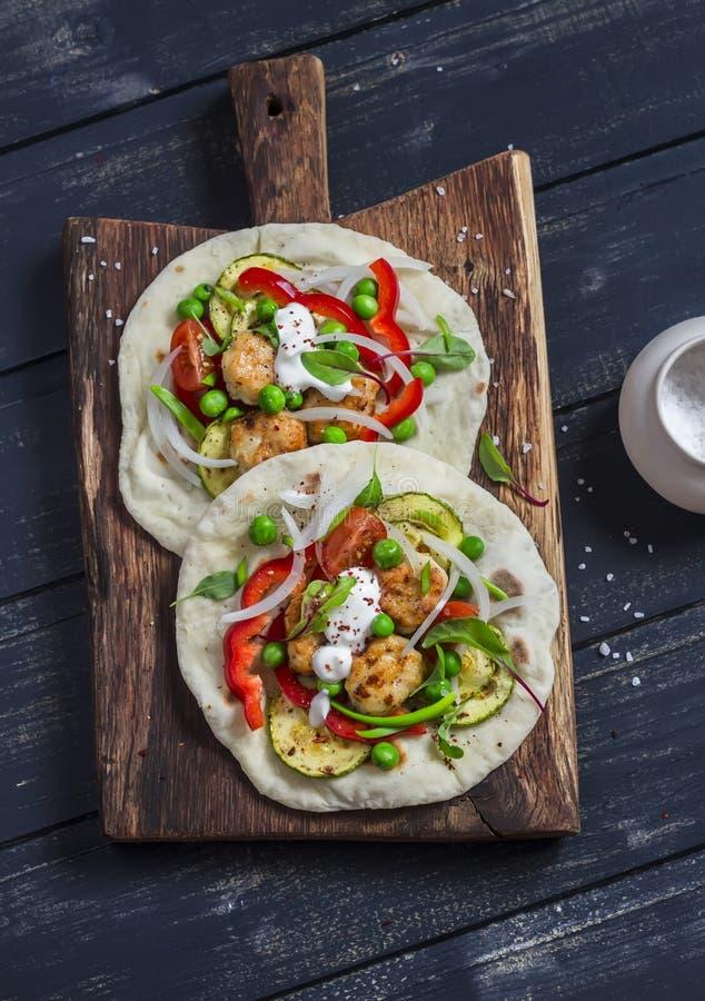 Kurczaków klopsiki i świeżych warzyw tacos Zdrowy wyśmienicie śniadanie lub przekąska obraz stock