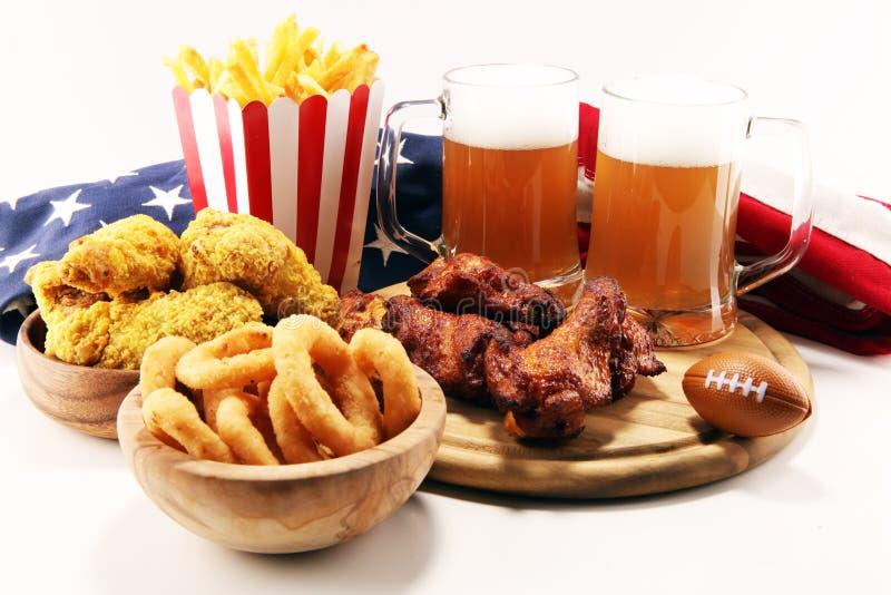 Kurczaków skrzydła, dłoniaki i cebulkowi pierścionki dla futbolu na stole, Wielki dla puchar gry obraz royalty free