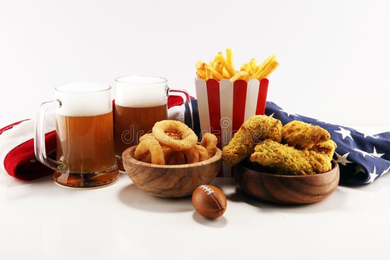 Kurczaków skrzydła, dłoniaki i cebulkowi pierścionki dla futbolu na stole, Wielki dla puchar gry zdjęcie royalty free