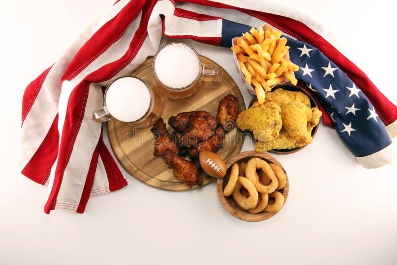 Kurczaków skrzydła, dłoniaki i cebulkowi pierścionki dla futbolu na stole, Wielki dla puchar gry zdjęcie stock
