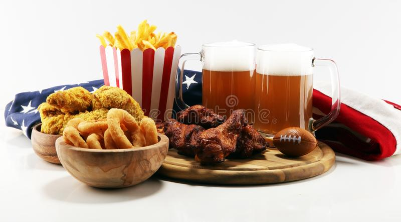 Kurczaków skrzydła, dłoniaki i cebulkowi pierścionki dla futbolu na stole, Wielki dla puchar gry zdjęcia stock