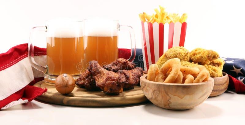 Kurczaków skrzydła, dłoniaki i cebulkowi pierścionki dla futbolu na stole, Wielki dla puchar gry fotografia royalty free