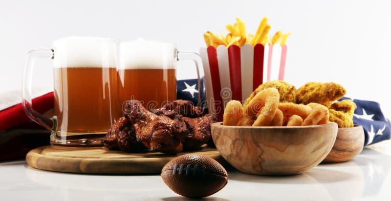 Kurczaków skrzydła, dłoniaki i cebulkowi pierścionki dla futbolu na stole, Wielki dla puchar gry obrazy royalty free