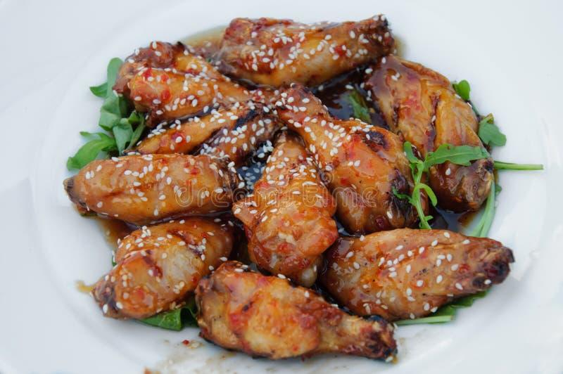 Kurczaków skrzydła z gorącym kumberlandem obraz stock