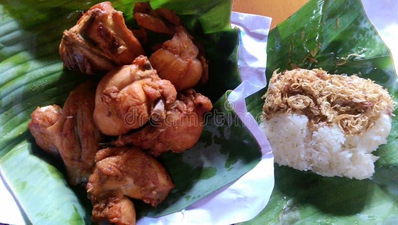 Kurczaków smażący i kleiści ryż z cebulą smażącą obraz royalty free