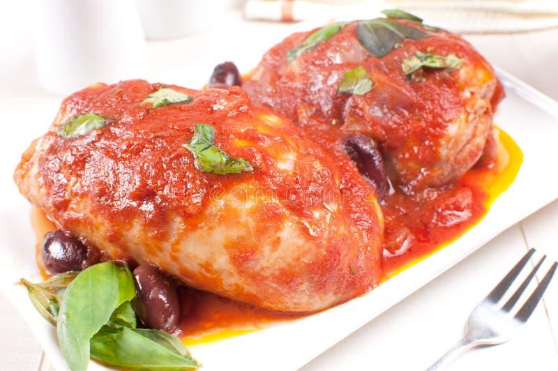 Kurczak braised z basilem, pomidorowym kumberlandem i oliwkami, obrazy stock
