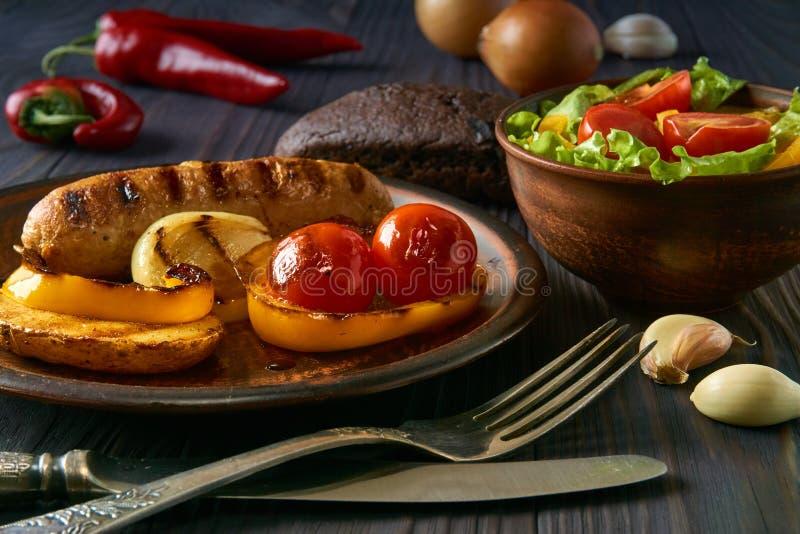 Kurczak kiełbasa z warzywami na glina talerzu obrazy stock