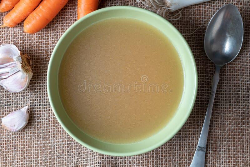 Kurczak kości rosół słuzyć w zielonym talerzu obraz stock
