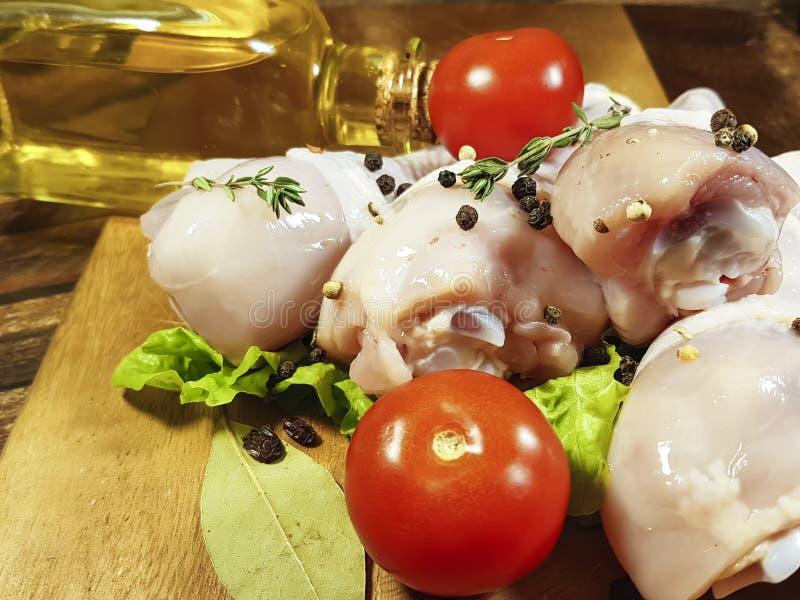 Kurczak nogi surowe, przygotowanie, cuisinecooking czarny pieprz, pomidor zdjęcie stock