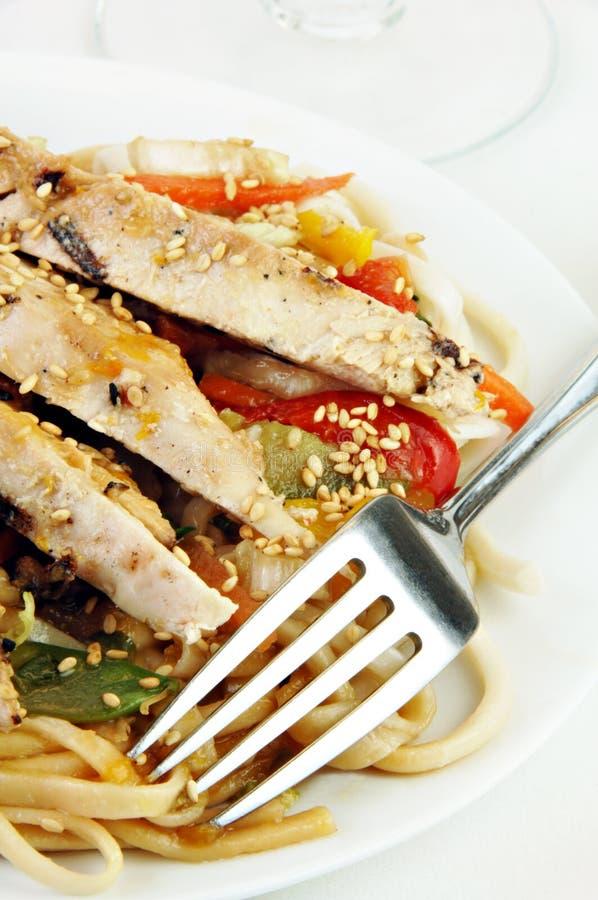 kurczak piec na grillu klusek udon warzywa zdjęcie stock