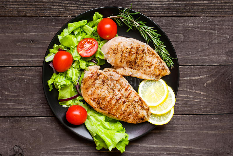 Kurczak piec na grillu pierś polędwicowa z ziele, warzywami i cytryną, obraz stock