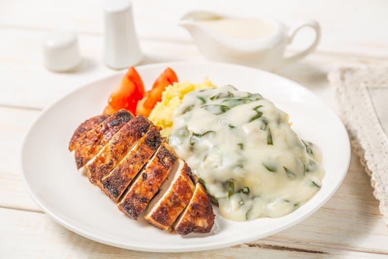 Kurczak pierś, puree ziemniaczane z szpinakami w kremowym kumberlandzie żywienioniowy jedzenie obraz royalty free