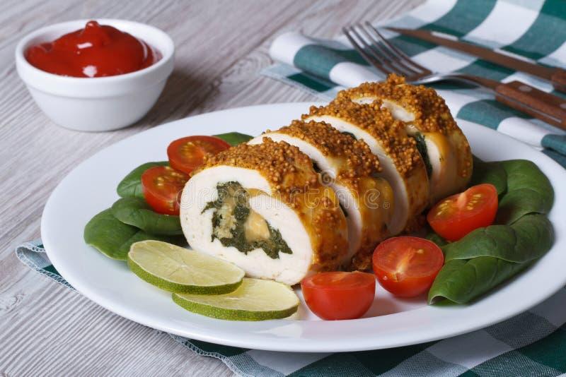 Kurczak pierś faszerował z szpinakiem i serem na talerzu zdjęcie royalty free
