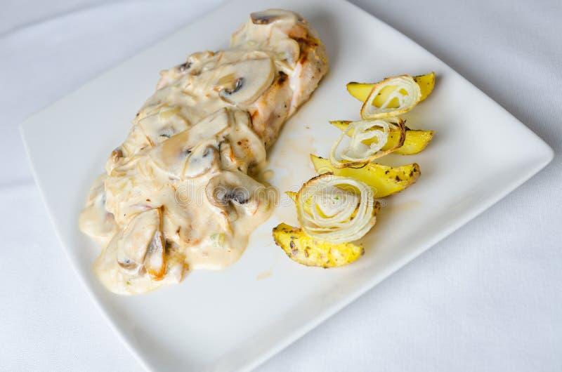 Kurczak pierś w Śmietankowym - biały wino i Pieczarkowy kumberland zdjęcie stock