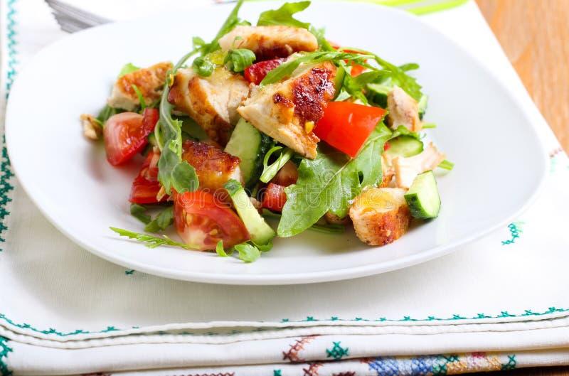 Kurczak piersi, rakiety, ogórka i pomidoru sałatka, obrazy stock
