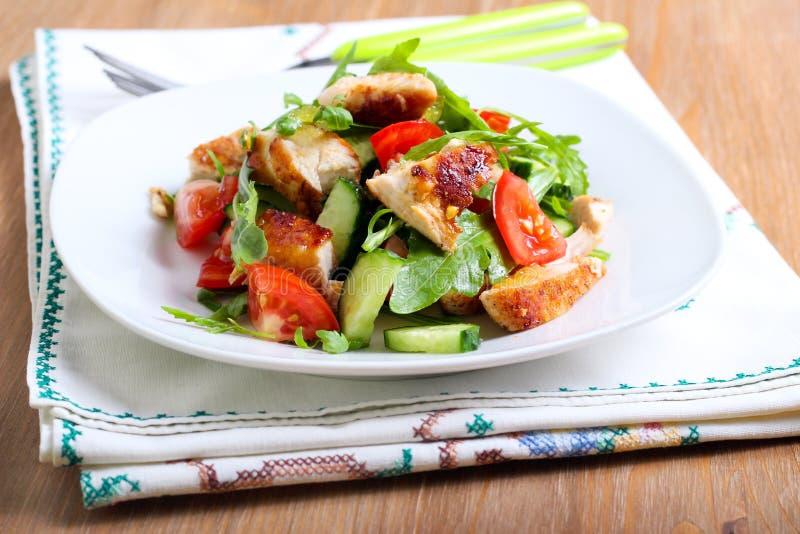 Kurczak piersi, rakiety, ogórka i pomidoru sałatka, obraz stock