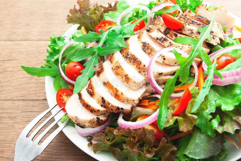 Kurczak piersi sałatka, zakończenie w górę i selekcyjna ostrość na rakietowej sałatce, zdrowa żywność zdjęcia royalty free