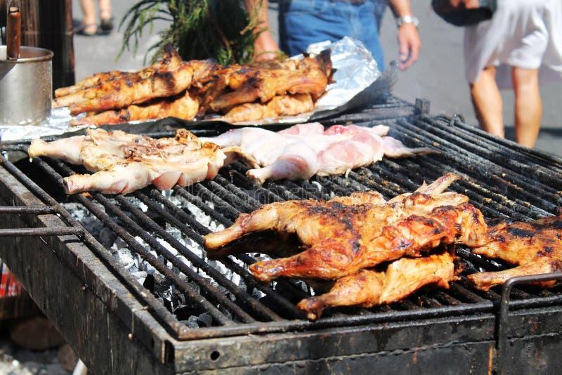 Kurczak porcje na dymieniu piec na grillu, uliczny jedzenie zdjęcia royalty free