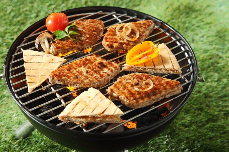 Kurczak przepasuje i chlebowy opieczenie na BBQ zdjęcia royalty free