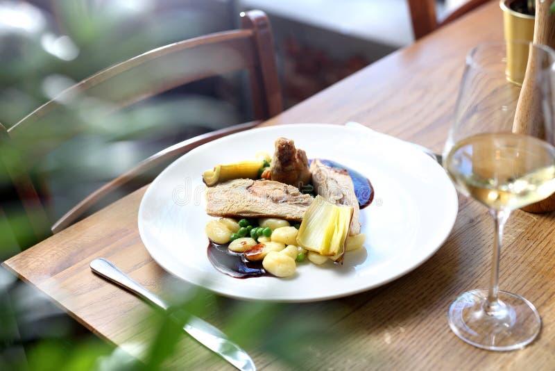 Kurczak rolady faszerować z Gorgonzola, kluchami, zielonymi grochami i wino kumberlandem, słuzyć z leek smażyli w maśle, obraz stock