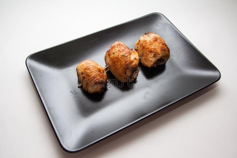 Kurczak rolady na czarnym talerzu zdjęcia stock