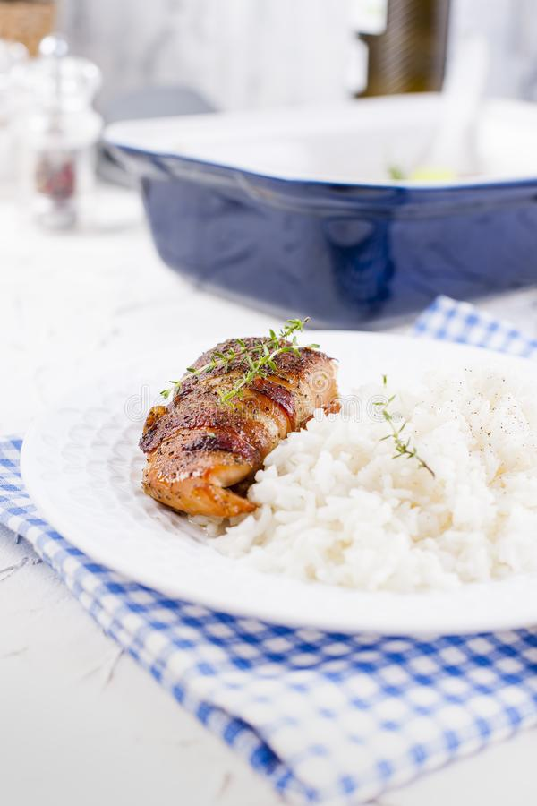 Kurczak rolki z bekonem i białymi ryż pyszne jedzenie zdrowe Chiński i Amerykański jedzenie na białym tle Bezp?atna przestrze? dl obraz royalty free