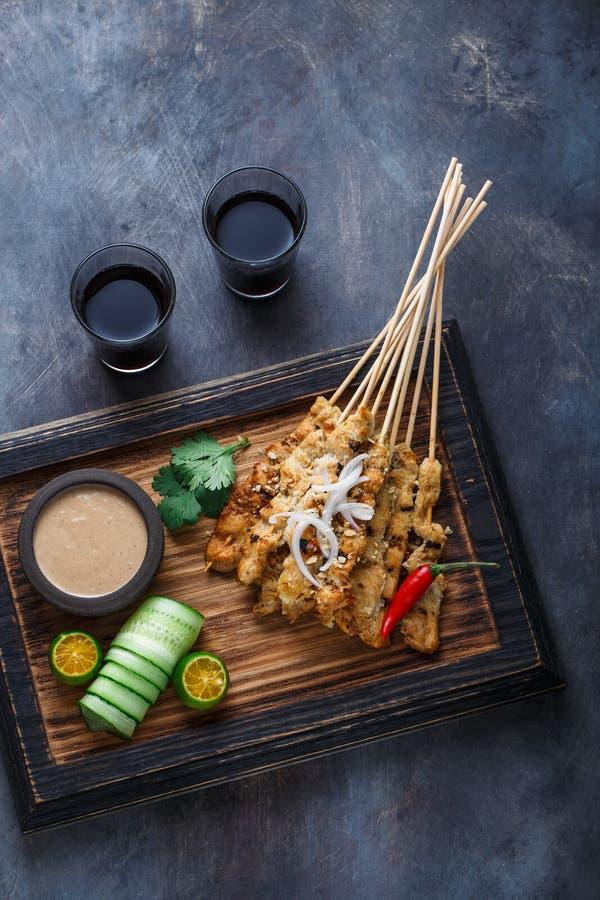 Kurczak Satay Ayam lub Sycący - malezyjczyka sławny jedzenie Jest naczynie kraszony, skewered i piec na grillu mięso, słuzyć z a obraz royalty free