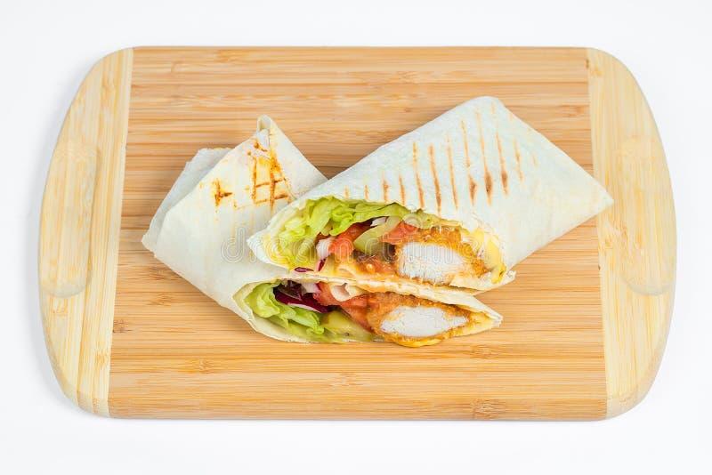 Kurczak Shaverma Kebab z warzywami na Białym talerza zakończeniu Up lub Doner obrazy royalty free