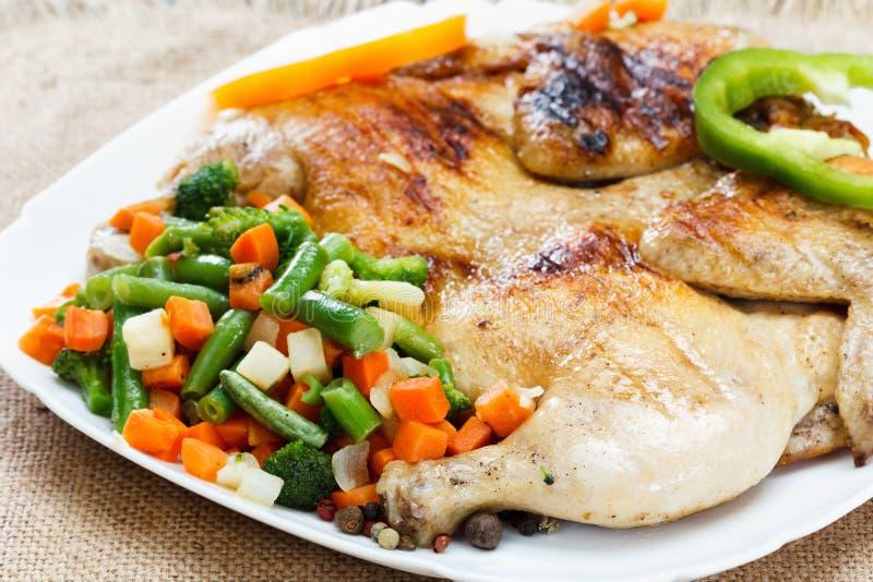 Kurczak smażył z warzywami na pielusze burlap zdjęcie stock