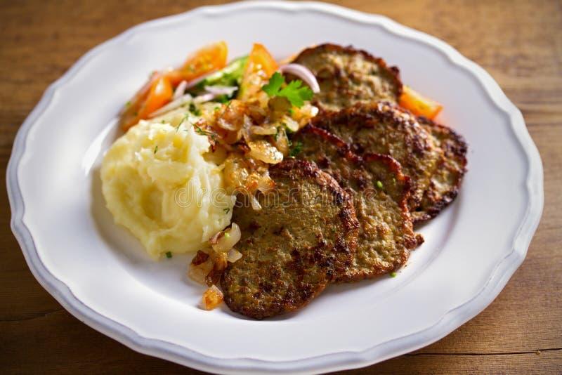 Kurczak wątróbki bliny z puree ziemniaczane i warzywami na bielu talerzu Wątrobowy boczny naczynie zdjęcia stock
