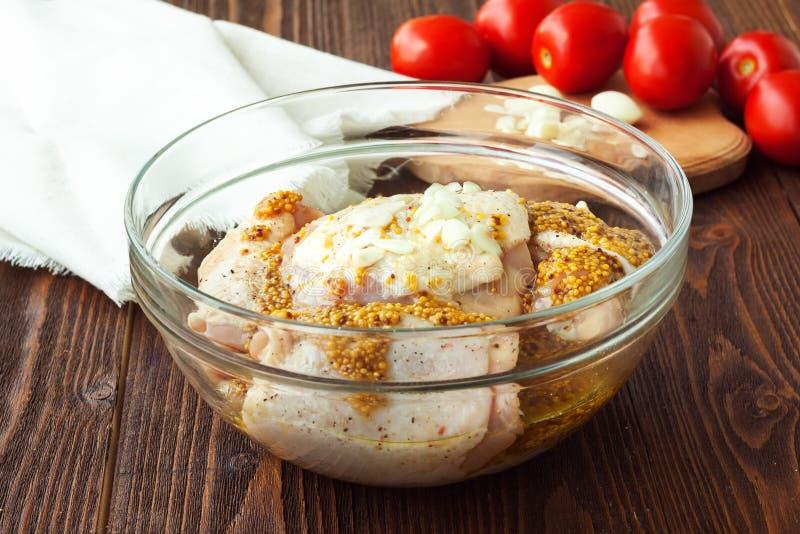 Kurczak z pomidorem, czosnkiem i musztardą, - przygotowanie fotografia royalty free