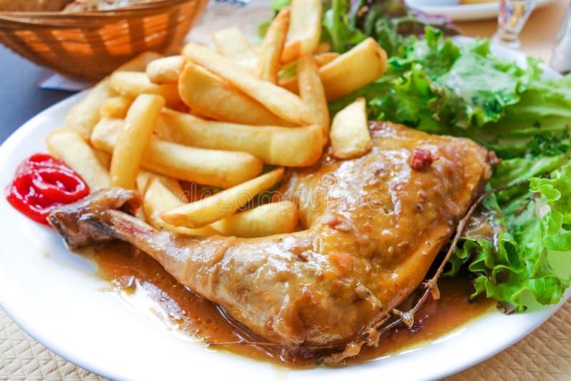 Kurczak z ryż i złotymi Francuskimi dłoniakami obraz stock