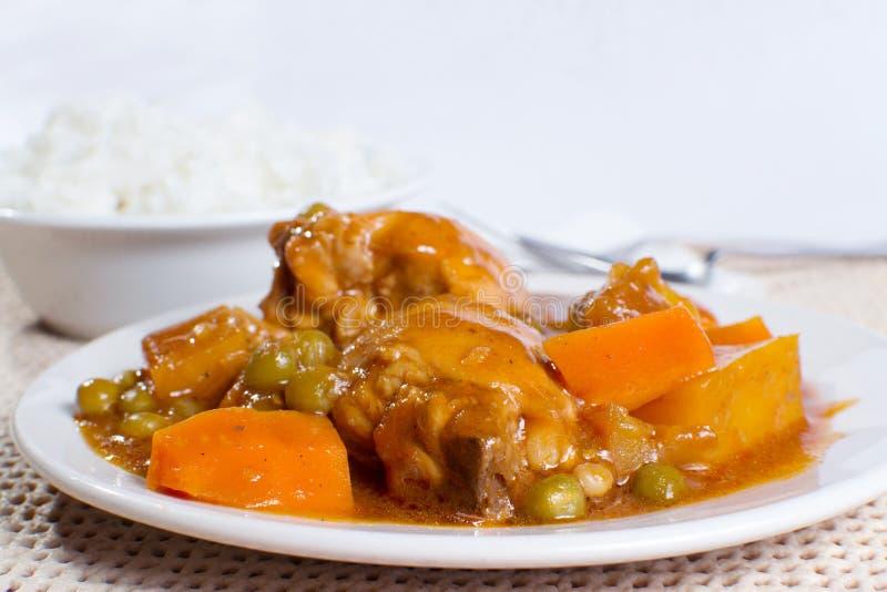 Kurczaka afritada z pucharem ryżowy zbliżenie obraz stock