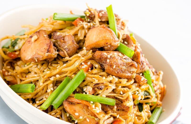 Kurczaka Chow Mein zakończenie na W górę Białego tła obraz royalty free