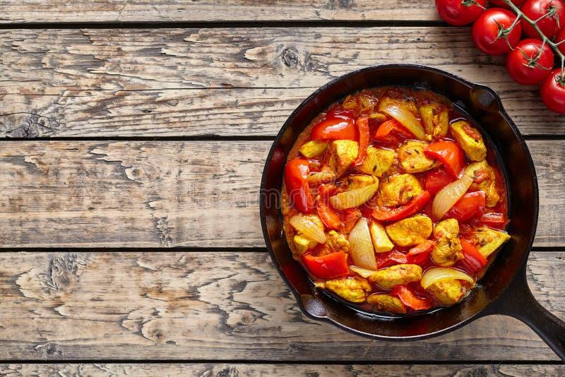Kurczaka jalfrezi dietetycznego tradycyjnego Indiańskiego curry'ego korzenny smażący mięso obraz royalty free