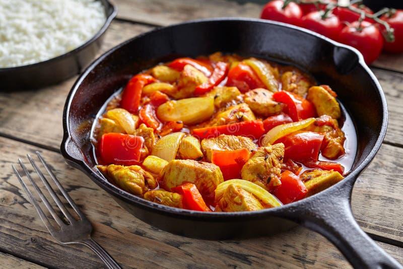 Kurczaka jalfrezi kultury zdrowego tradycyjnego Indiańskiego restauracyjnego curry'ego korzenny smażący mięso zdjęcia stock