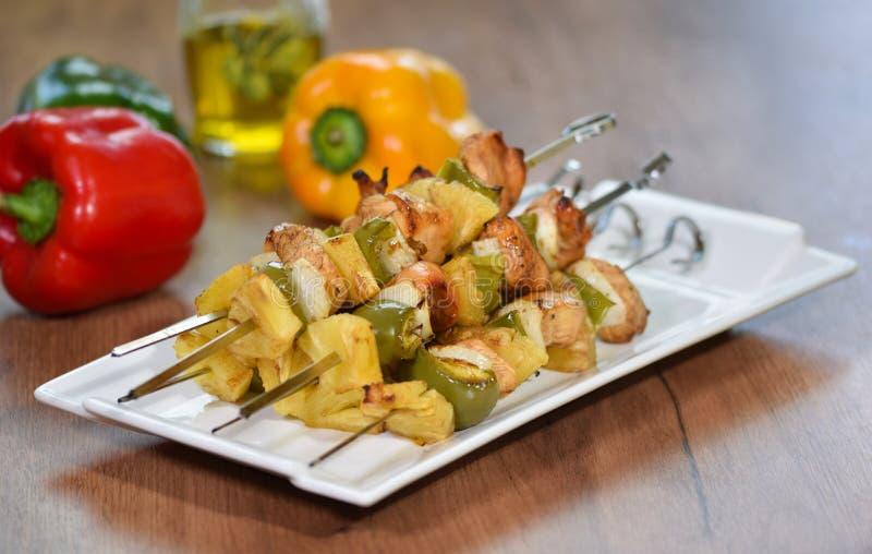Kurczaka kebab z dzwonkowym pieprzem na białym talerzu, zakończenie w górę zdjęcia stock