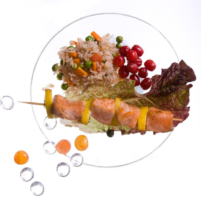 Kurczaka kebab z ryż i warzywami na białym tle na przejrzystym półkowym decoratet z szklanymi kamieniami zdjęcie stock