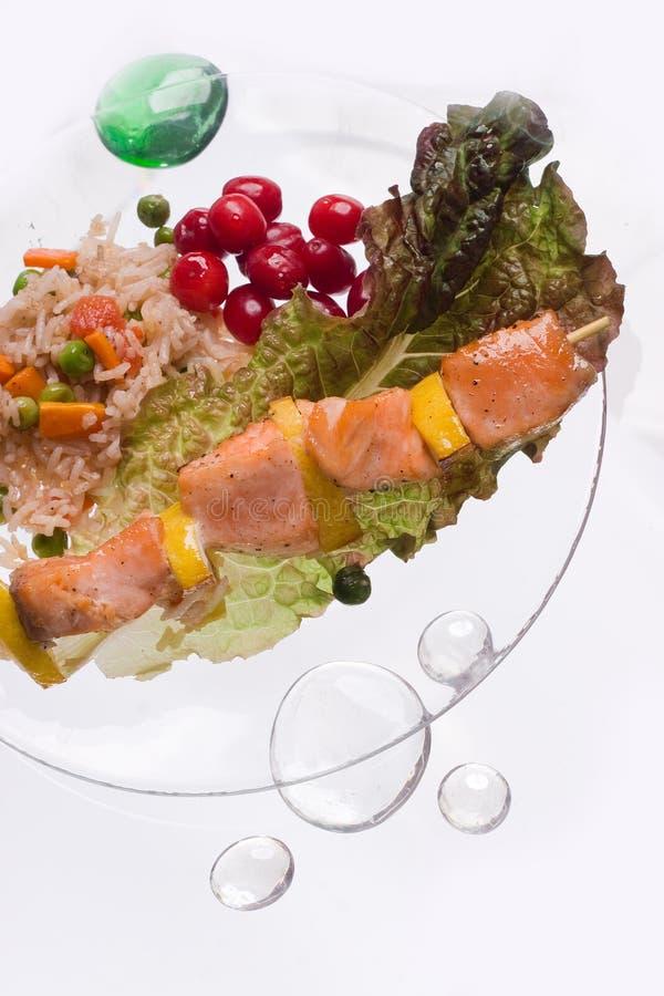 Kurczaka kebab z ryż i warzywami na białym tle na przejrzystym półkowym decoratet z szklanymi kamieniami obrazy stock