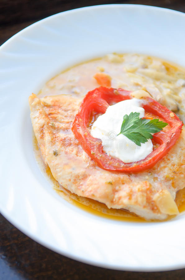 Kurczaka kotlecik z kumberlandem, romanian kuchni domowy jedzenie, tło jest rozwidleniem i łyżką zdjęcie stock