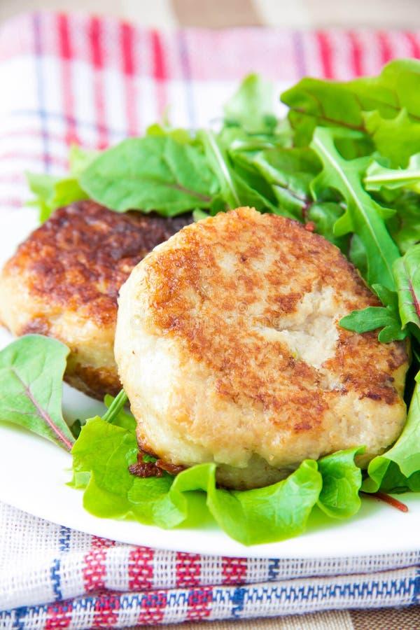 Kurczaków cutlets z sałatkowymi zieleniami fotografia stock