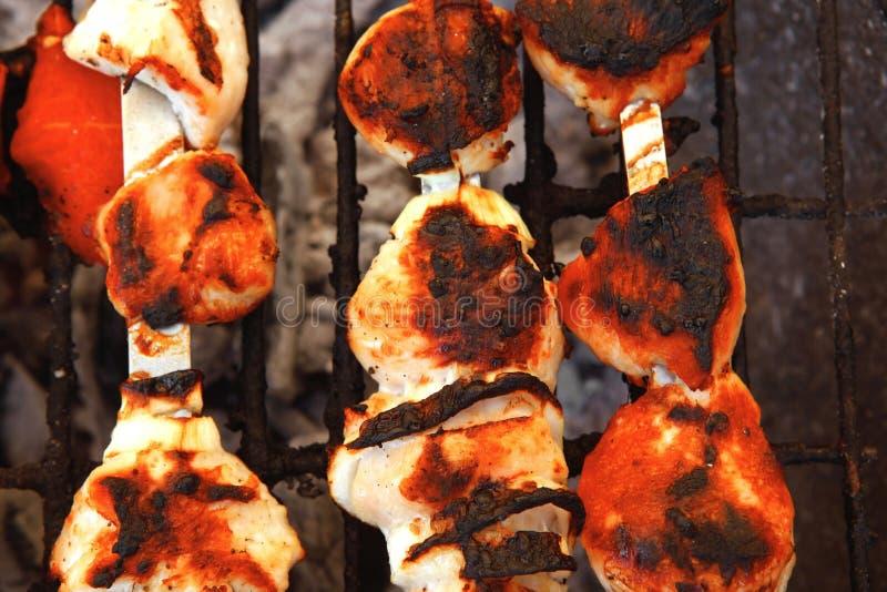 Kurczaka shish kebab gotujący na grillu fotografia stock